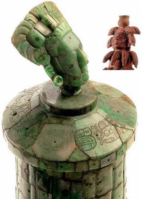 Этот нефритовый сосуд (слева), увенчанный изображением правителя, — свидетельство высокого уровня развития искусства. Широко была распространена у майя и торговля. Деньгами служили какао-бобы. Именно поэтому из тела керамической богини (справа) «вырастают» стручки «шоколадного дерева».