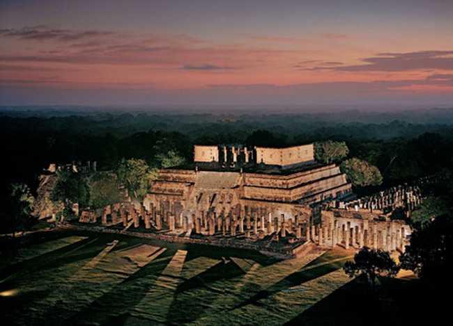 Храм воинов, символ силы и мощи, стоит в Чичен-Ице на севере Юкатана. Чичен-Ица стал процветающим торговым центром после 1000 года, в постклассический период, гораздо позже, чем пали города на юге. Фрески внутри храма рассказывают, как майя перевозили товар по суше и по морю, а на квадратных колоннах снаружи изображены фигуры воинов в головных уборах из перьев.